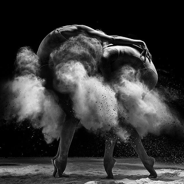 ellas bailan en conjunto y con sincronía