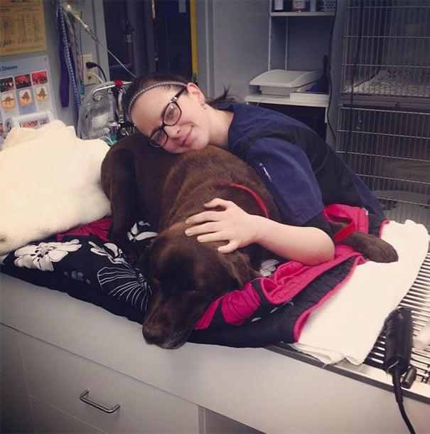 mujer acariciando a su cachorro