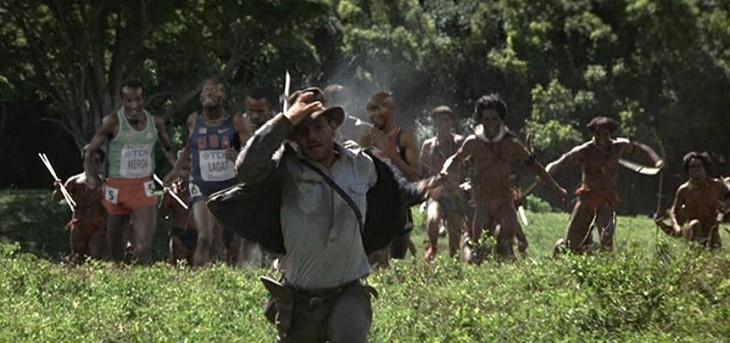 corredoresvestidos de canibales corriendo detrás de harrison ford