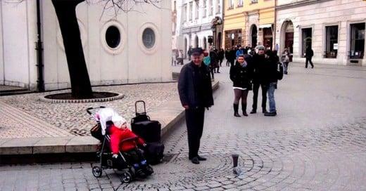 joven polaco cantante ce opera canta con su hija en plaza publica