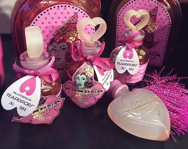 juguetes en color rosa que son pociones para el amor