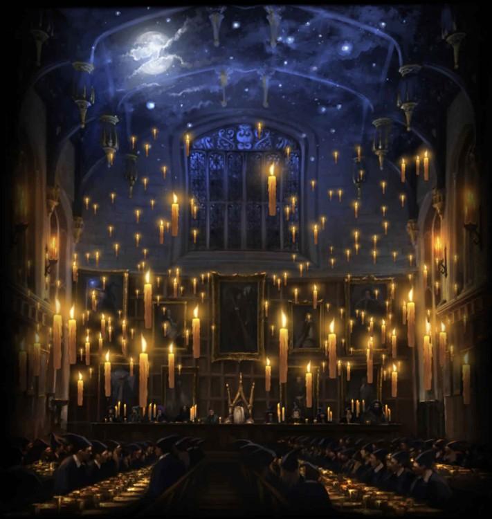 Gran Salón de Hogwarts de noche adornado con velas
