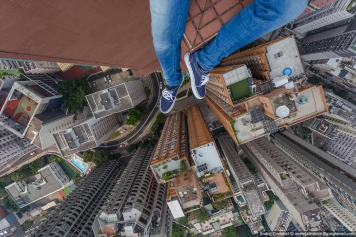 Pies de Andrej Ciesielski, chico alemán sobre el tejado de un edificio en Hong Kong