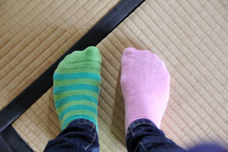 chica con un calcetín de un color y el otro de diferente color