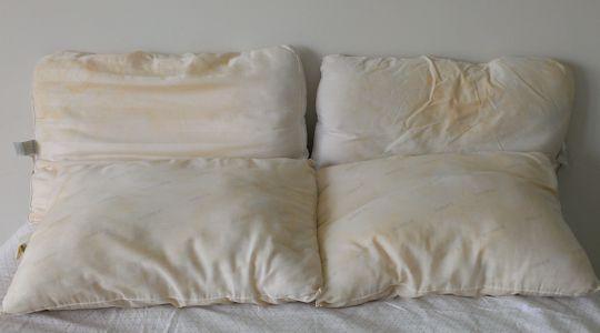 almohadas viejas y desgastadas