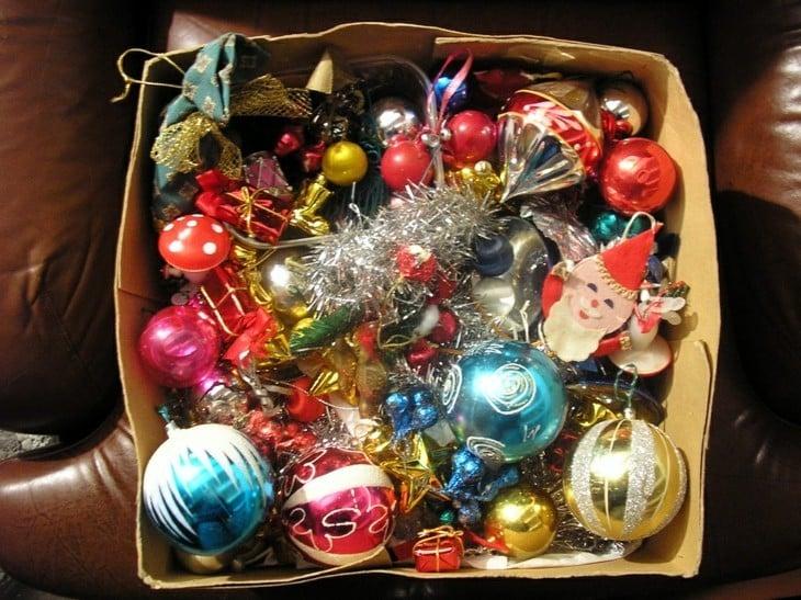 caja con adornos de navidad viejos
