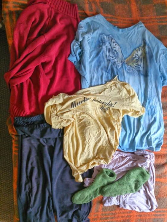 ropa vieja sobre una cama