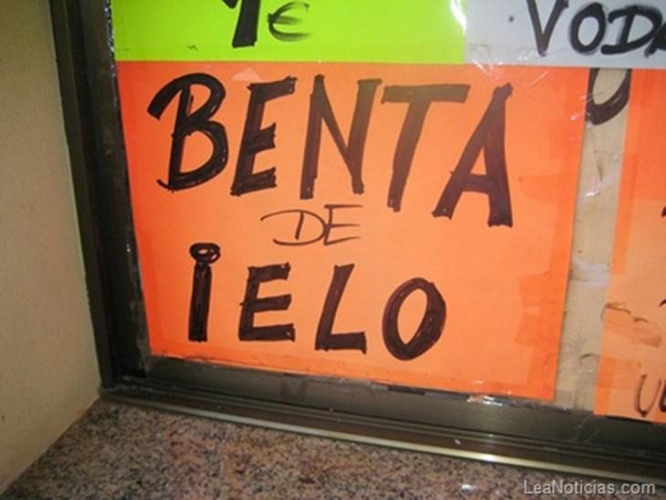 letrero de venta de hielo con mala ortografía