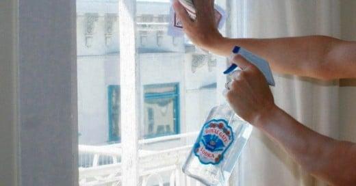 El vodka además de ser preparado en ricos cócteles lo puedes utilizar en tu casa y vida personal en cuestiones de limpieza