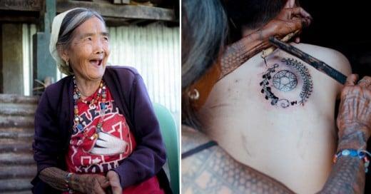 Mujer que sigue la tradición del tatuaje