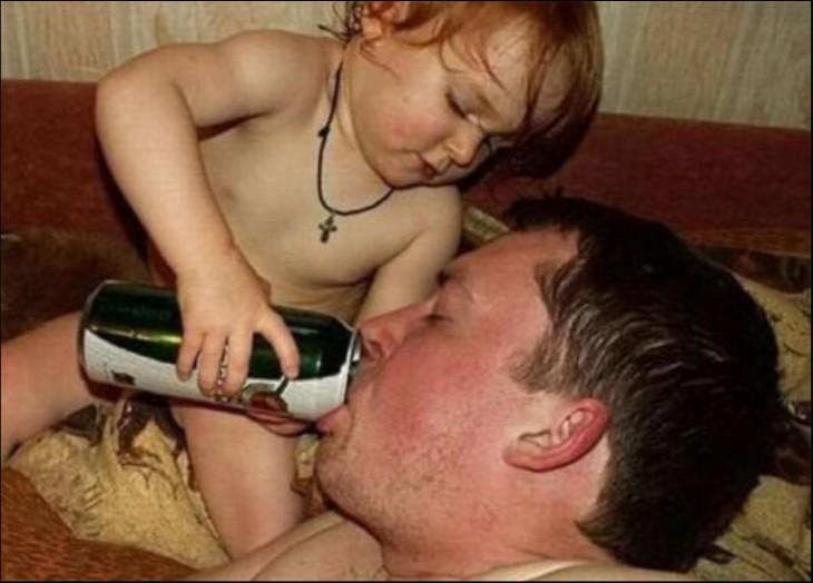 bebé dándole de tomar a su padre una bebida en lata