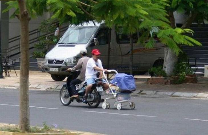 hombre sobre una moto paseando a su bebé en su carreola