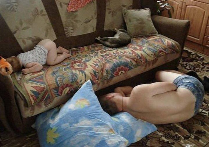 hombre dormido en el suelo mientras su bebé duerme en el sillón de una casa
