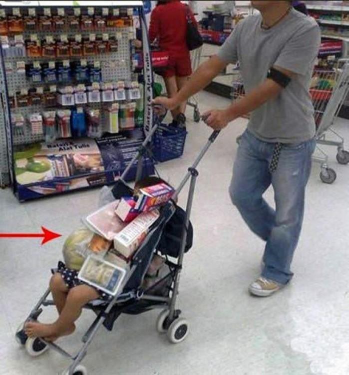 hombre llevando a su bebé con las compras del super sobre su hijo