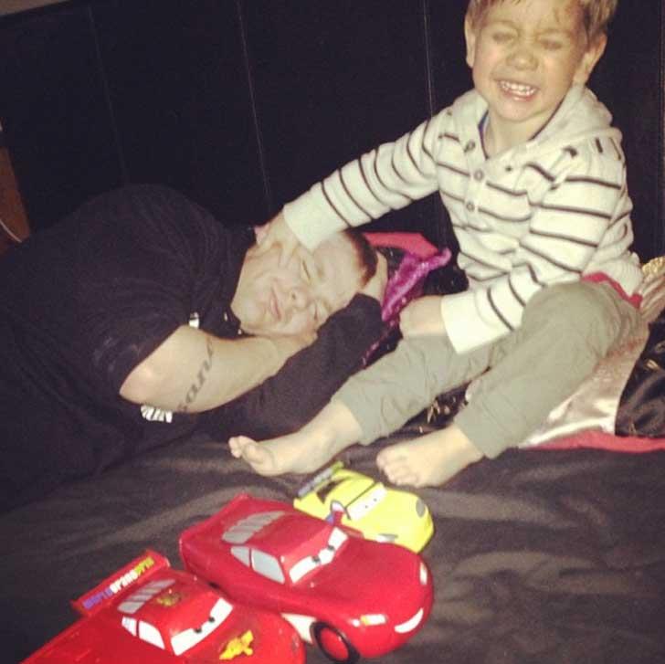 niño agarrando el cachete de su padre mientras él duerme