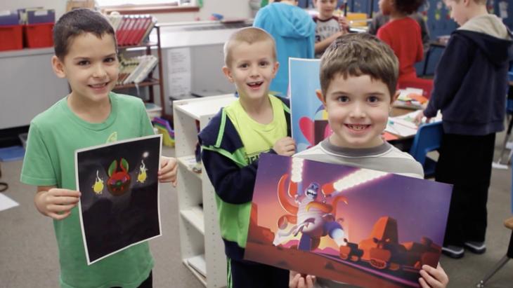 Niños mostrando sus dibujos recreados por el proyecto monster