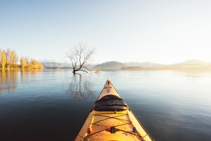 Parte de una lancha sobre el lago Wanaka