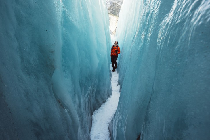 Hombre en medio del glaciar Franz Josef en Nueva Zelanda