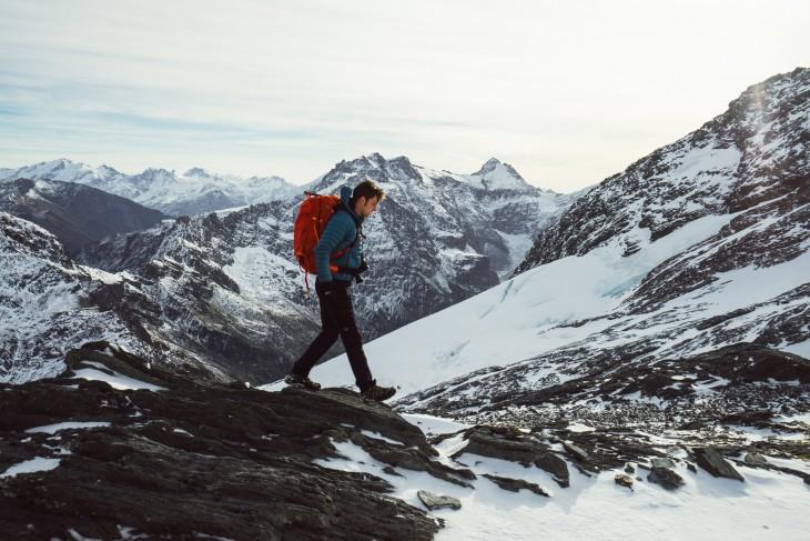Hombre caminando sobre el Parque Nacional del Monte Aspirin, Nueva Zelanda