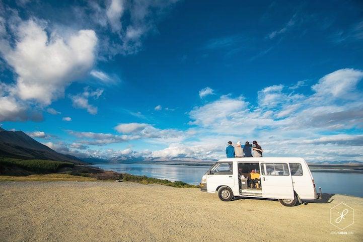 Fotógrafo Johan Lolos con sus amigos sobre una van blanca cerca de un mar