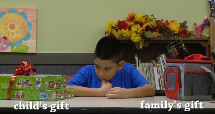 niño escogiendo entre un regalo para él o uno para su familia
