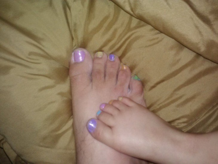 uñas de una niña y de su padre pintadas de colores