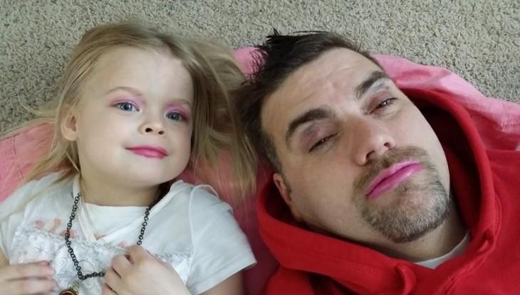 padre maquillado a un lado de su pequeña hija
