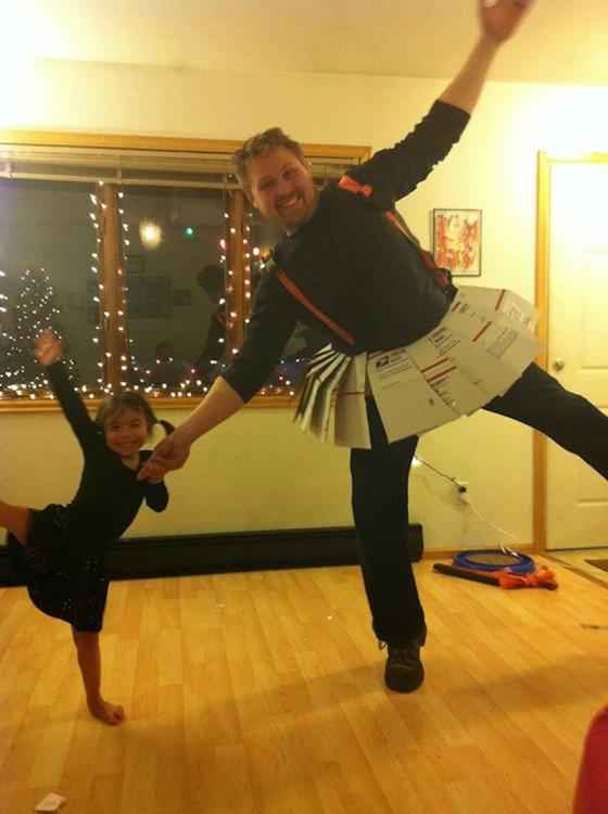 hombre con una falda de cartón bailando con su pequeña hija