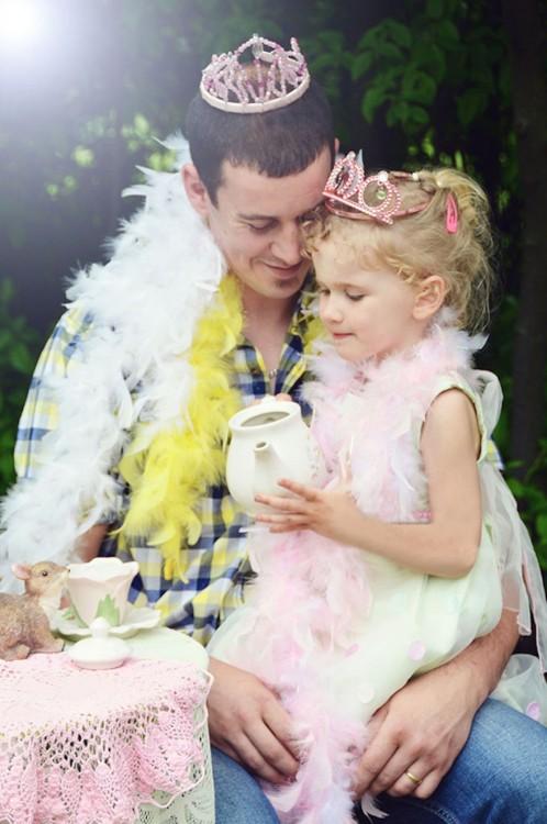 hombre cargando a su niña vestida de princesa