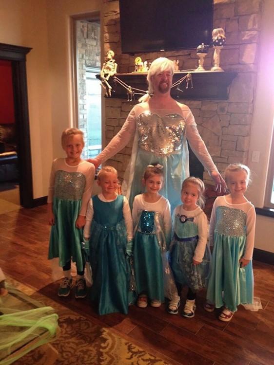 """hombre detrás de sus hijas vestidos de la princesa Elsa """"Frozen"""""""
