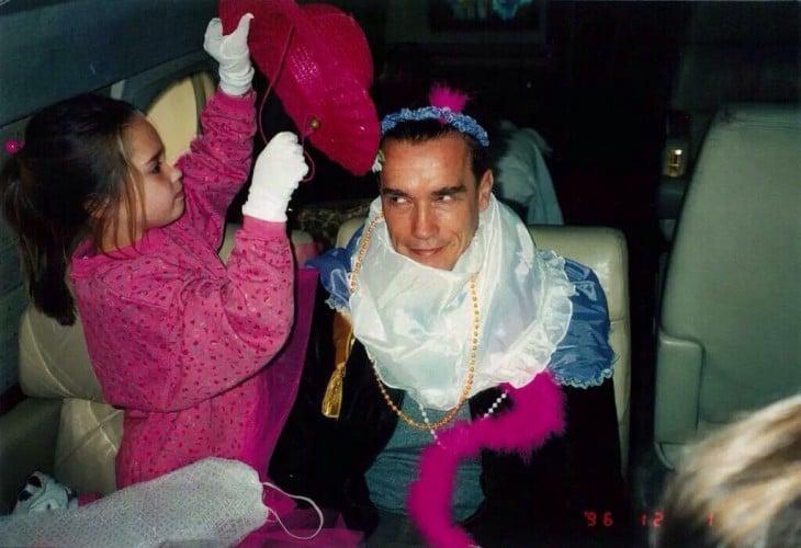 Arnold Schwarzengger siendo disfrazado por su hija Christina