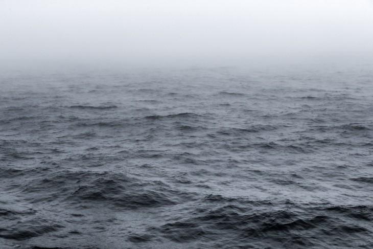Fotografía de unas pequeñas olas en un mar