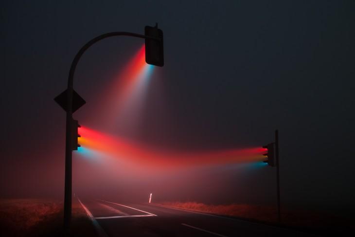 semáforos con luces de colores en una carretera