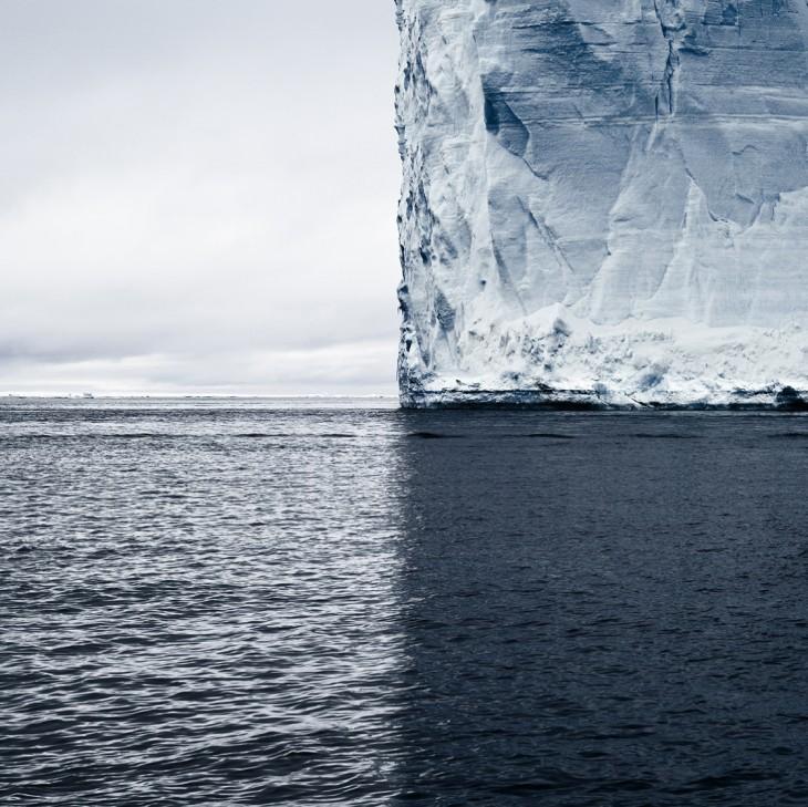 Imagen de un mar cerca de una iceberg