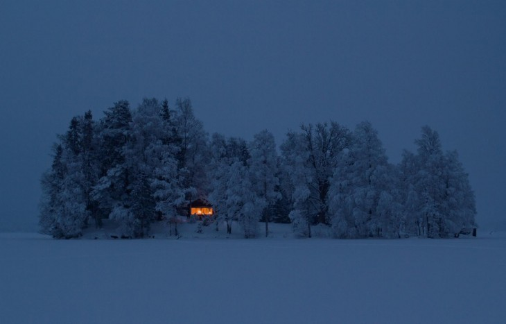 una pequeña caballa rodeada de árboles nevados