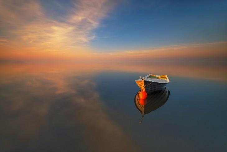 imagen de una barca sobre un mar en un atardecer
