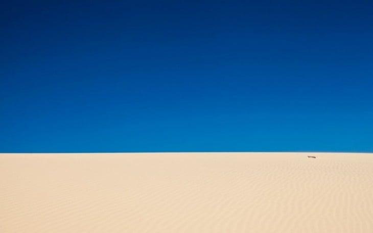 Fotografía de un desierto bajo un cielo completamente azul