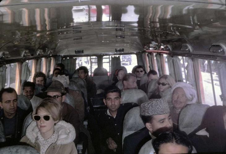 personas abordando un autobús en Afganistán, 1960
