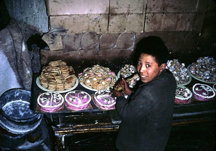 Niño con una mesa de pasteles en Afganistán, 1960