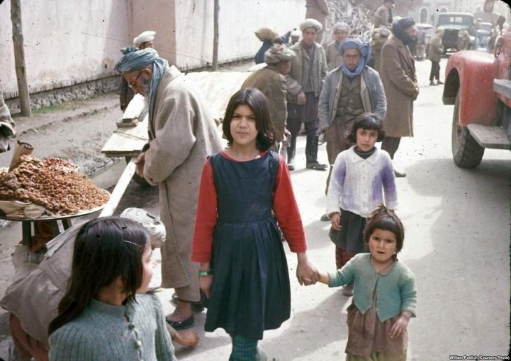 Personas caminando en las calles de Afganistán en el año de 1960