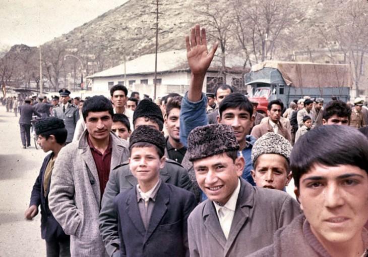 Afganos saludando en una fotografía en la década de 1960