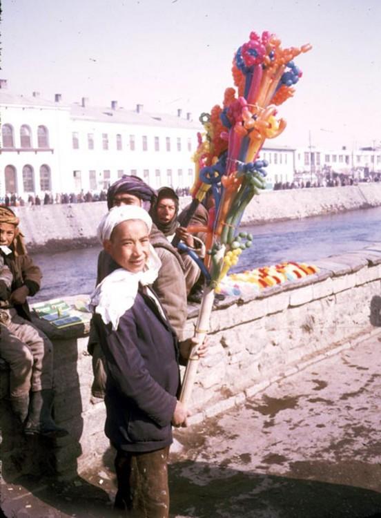 Niño vendiendo globos en las calles de Afganistán, 1960