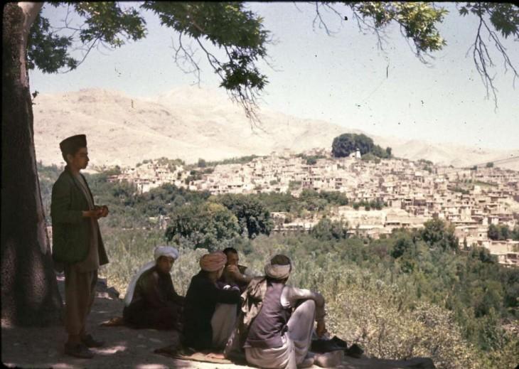 Afganos debajo de un árbol en 1960