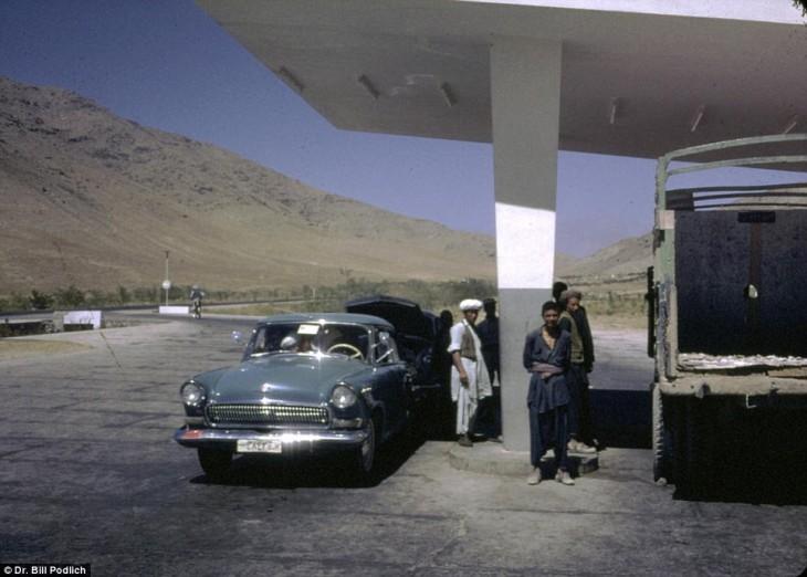 Afganos en una central de autobuses en Afganistán, 1960