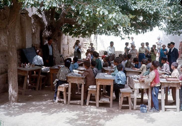 Niños estudiando al aire libre en Afganistán, 1960