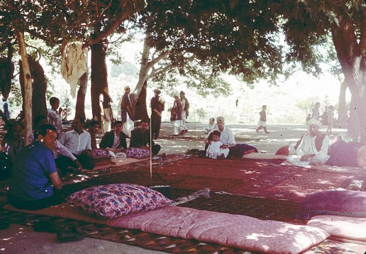Personas en Afganistán con camas al aire libre en 1960