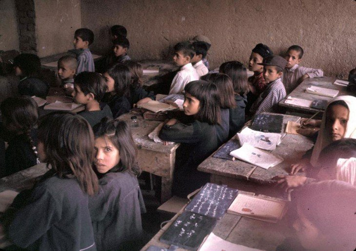 Niños estudiando en una clase de Afganistán, 1960