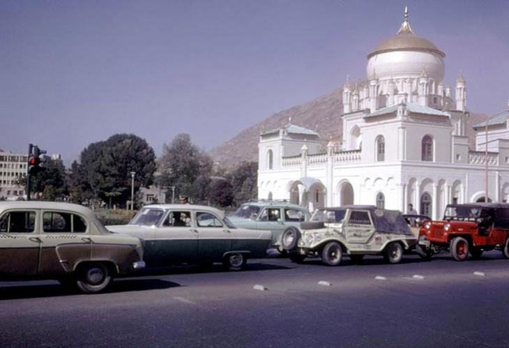 Carros circulando en las calles de Afganistán, 1960