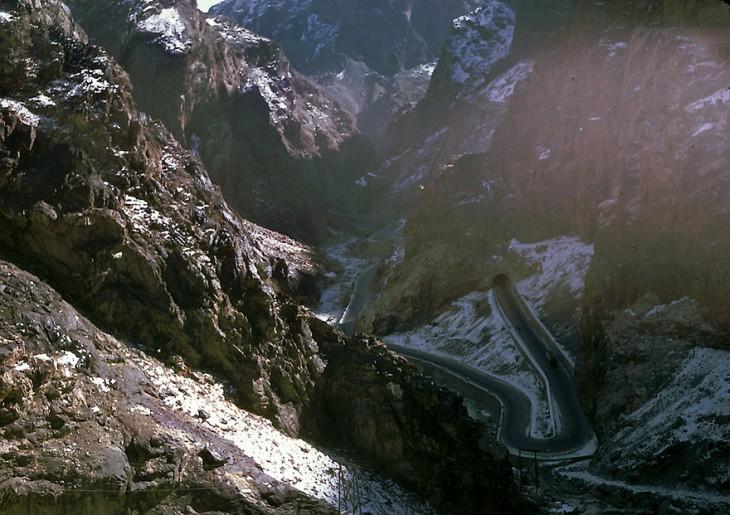 Carretera entre las montañas en Afganistán, 1960