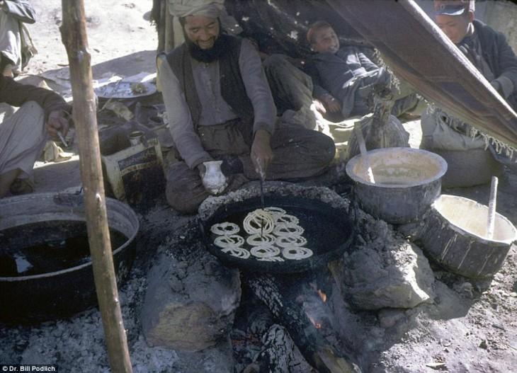 Afgano haciendo de comer a sus hijos en 1960